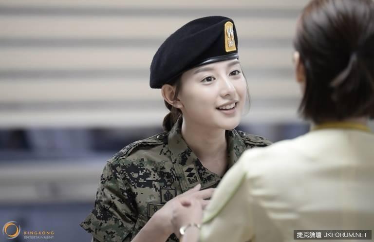 《太陽的後裔》爆紅人氣女二「尹中尉」!最正霸氣女軍官♥金智媛♥