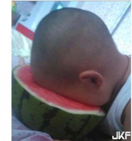 小傢伙你就這樣吃瓜.jpg