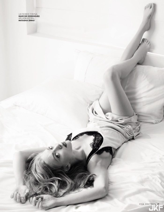 thefemin-amanda-seyfried-poses-in-lounge-worthy-looks-for-vogue-russia-03-700x904.jpg
