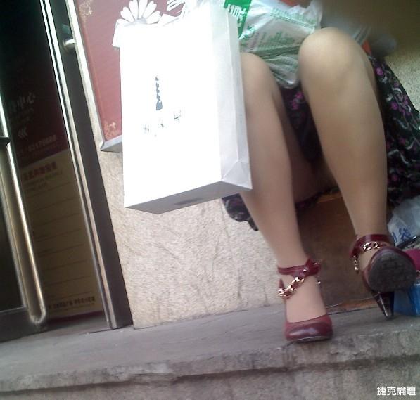 短裙少婦坐著岔開雙腿[13P] - 貼圖 - 絲襪美腿 -