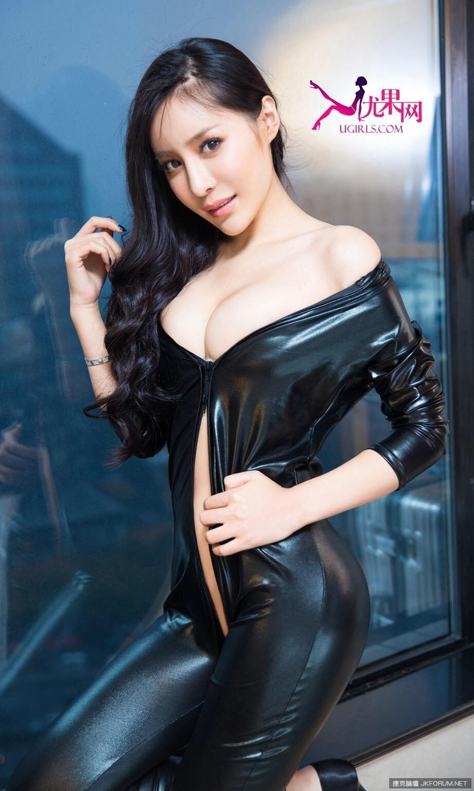 China Entertainment News: Crystal Liu releases new photos