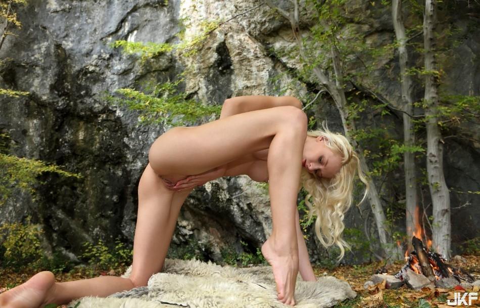 9742_shikarnaja_blondinka_na_prirode_big_37.jpg