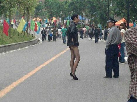 保安,穿成這樣上街,你管不管?.jpg