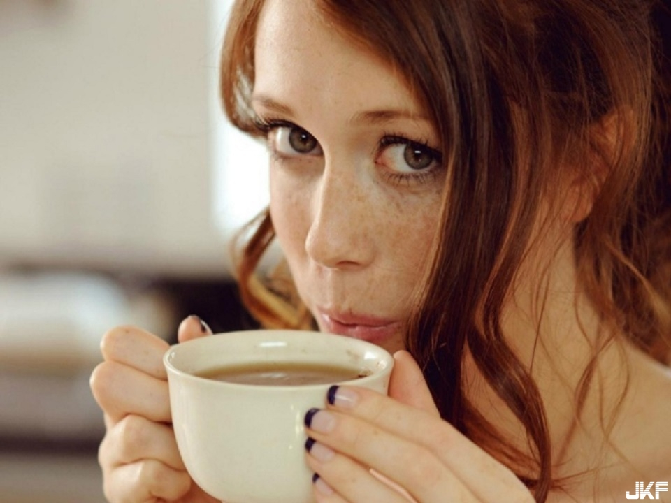 Girls_Girl_with_freckles_drinking_coffee_084005_29.jpg