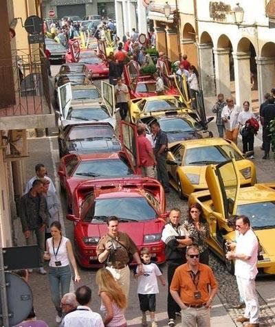 杜拜的堵車,還真像車展!.jpg