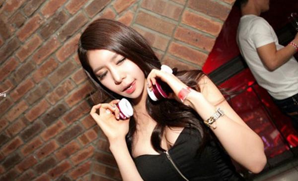 韓國夜店文化糜爛不堪 性感辣妹瘋玩胸前擠泡泡 夜店辣妹