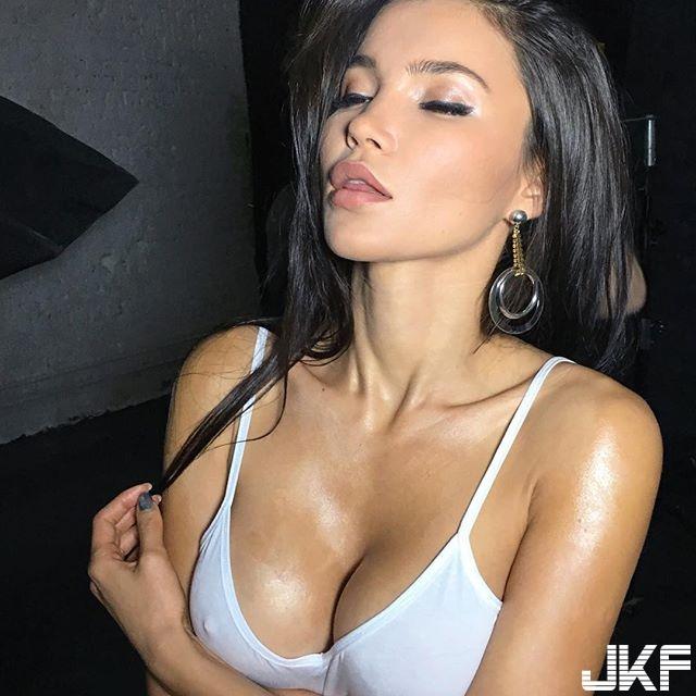 古銅色肌膚的火辣美女 Sveta Bilyalova 胸前那對渾圓的車頭燈根本引人犯罪...... - 歐美美女 -