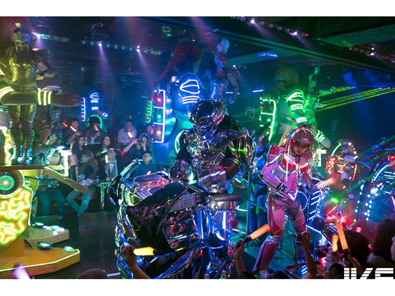 東京這家餐廳根本是科技夜店 巨型爆乳機器人和熱舞辣妹嗨翻全場 夜店辣妹
