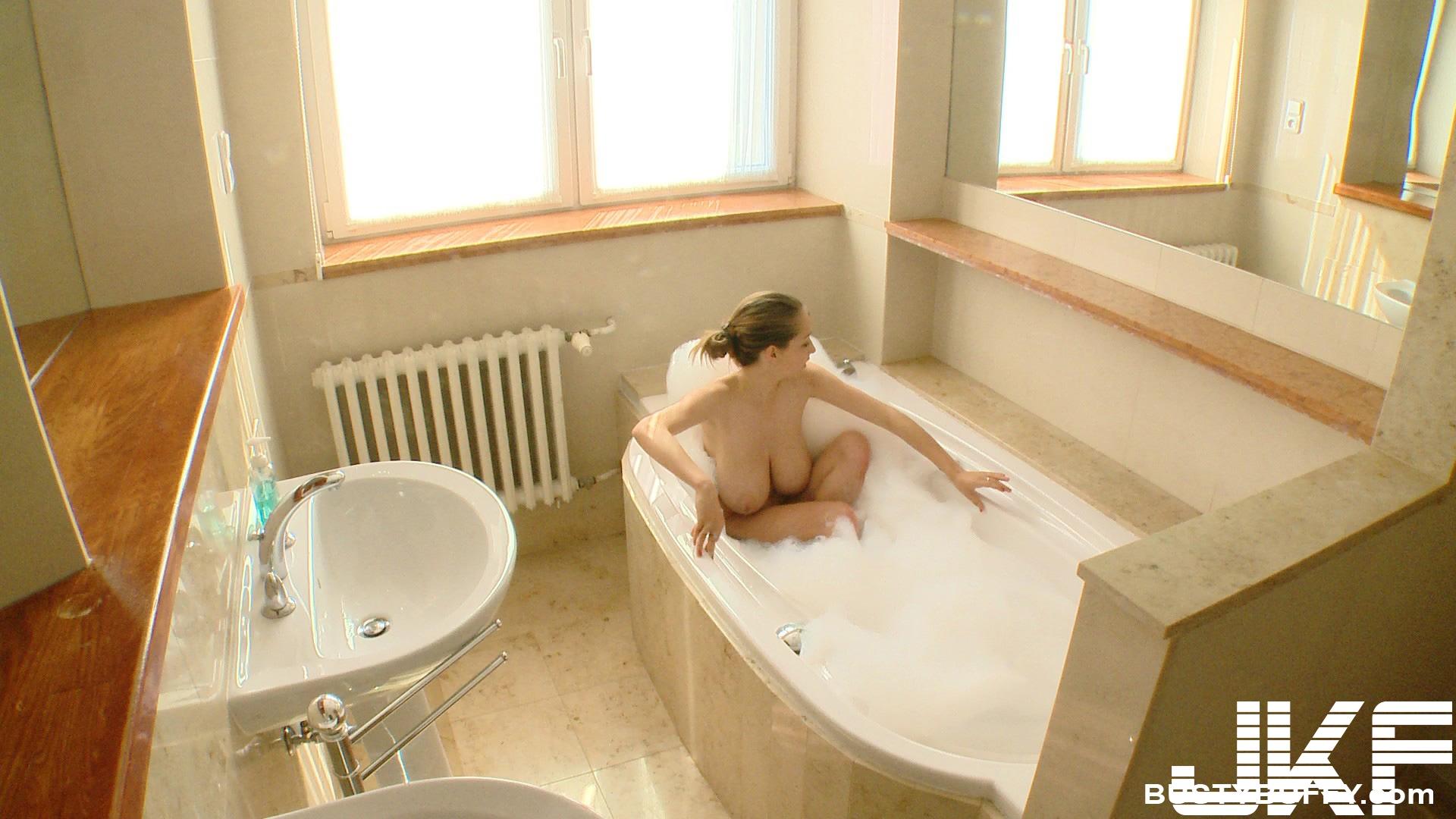Busty Buffy-Solo Bath - 貼圖 - 歐美寫真 -