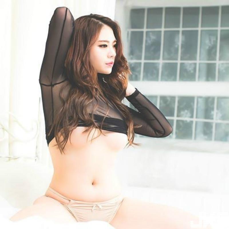 罩不住!「饥渴御姐」撩衣白嫩腰乍现,「挖空露背」火辣修长动人身材 极致诱惑性感 !