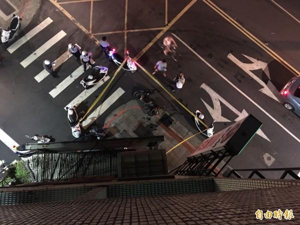 陳姓男子自台北市中華路二樓某大樓墜樓,結果壓傷騎車行經的騎士