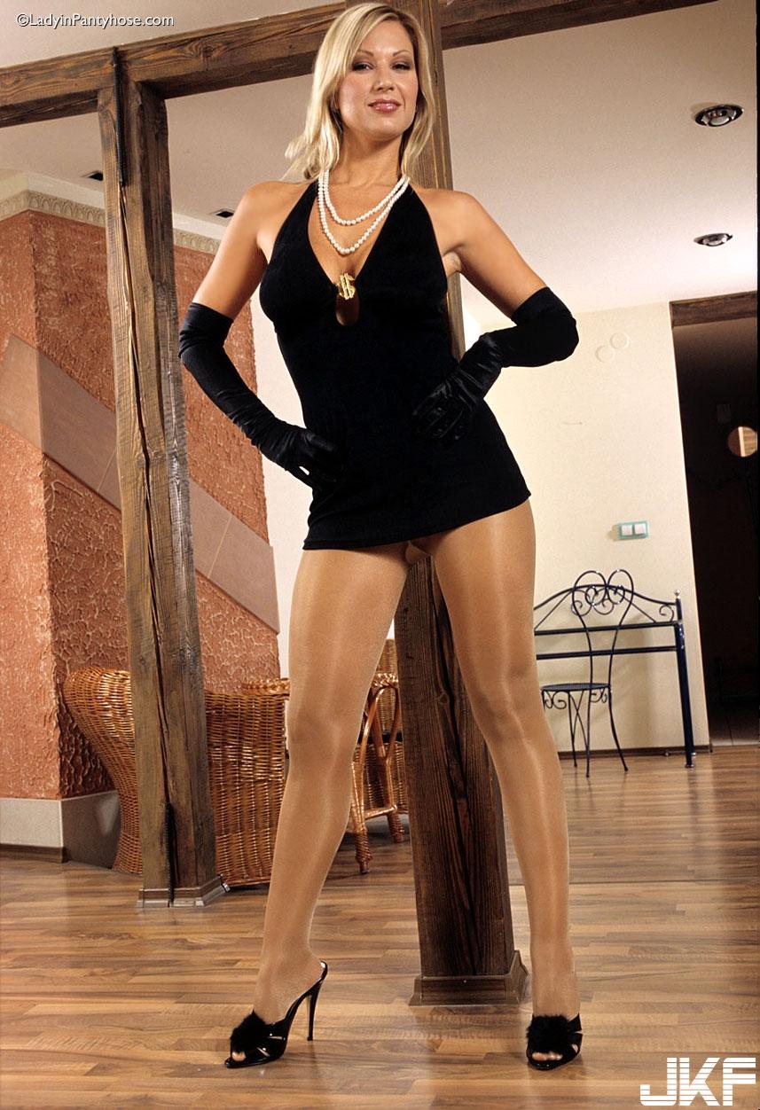 Carol posing in glossy pantyhose - 貼圖 - 歐美寫真 -