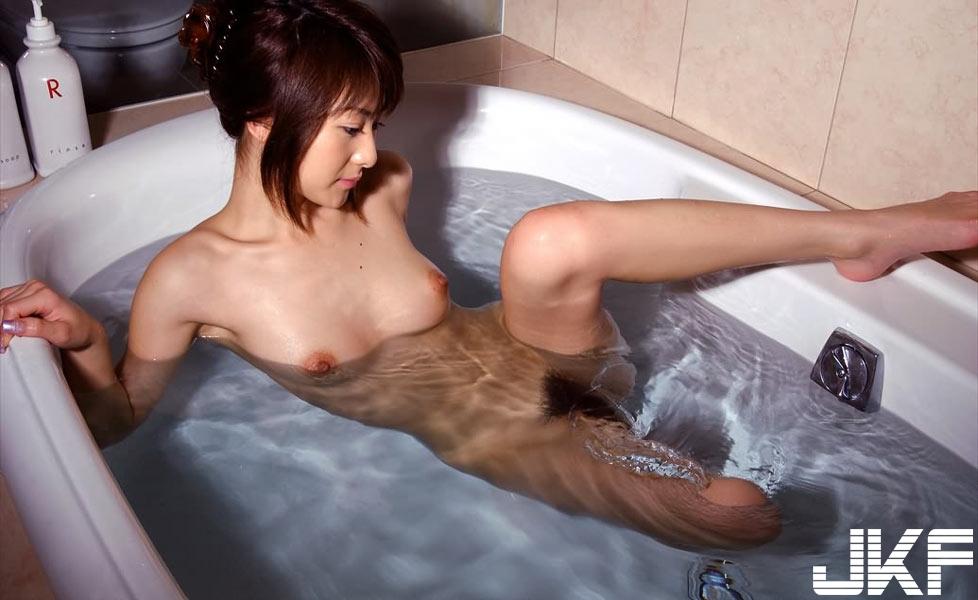 bath_nude81101014.jpg