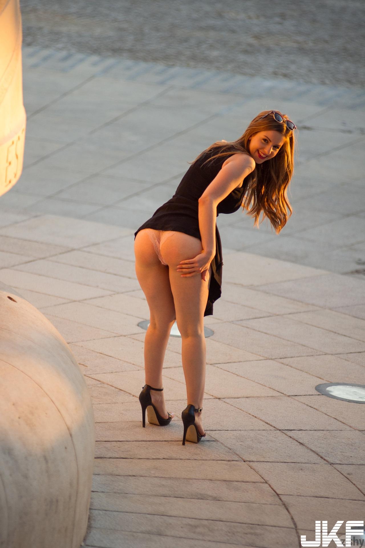 Curvy-Babe-Stella-Cox-with-Big-Naturals-Wearing-Platform-High-Heels-4.jpg