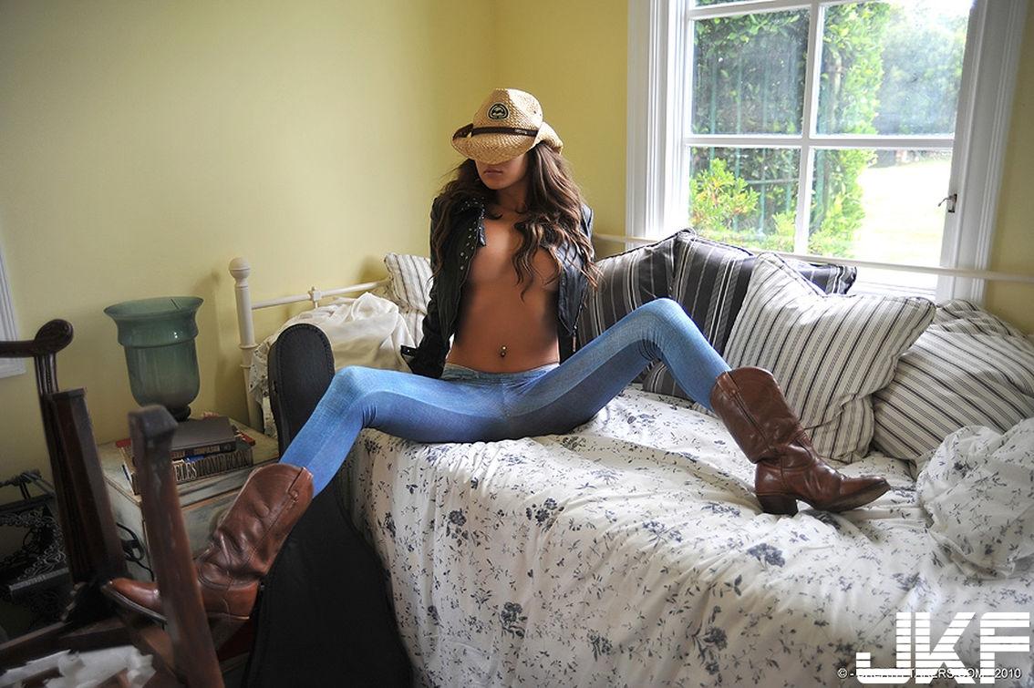 Shaved-Brunette-Babe-Nina-James-with-Brown-Eyes-Wearing-Leggings-8.jpg