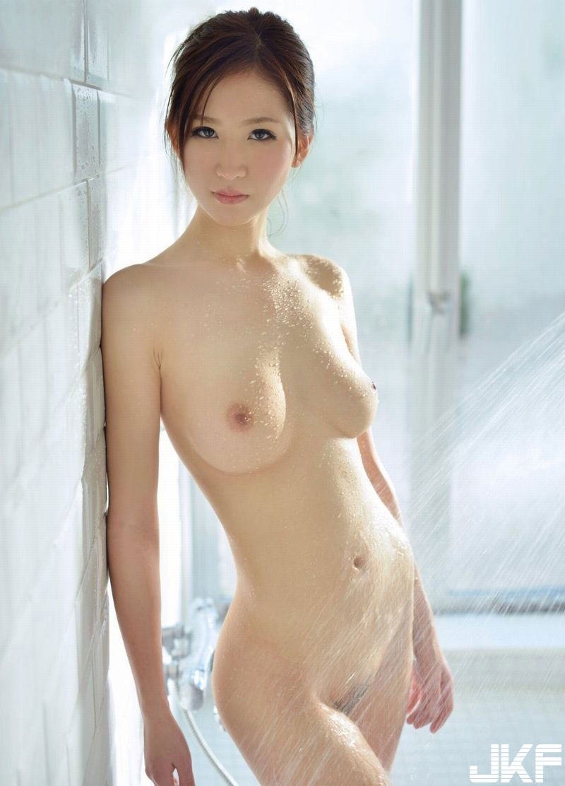 shower_nude90208004.jpg