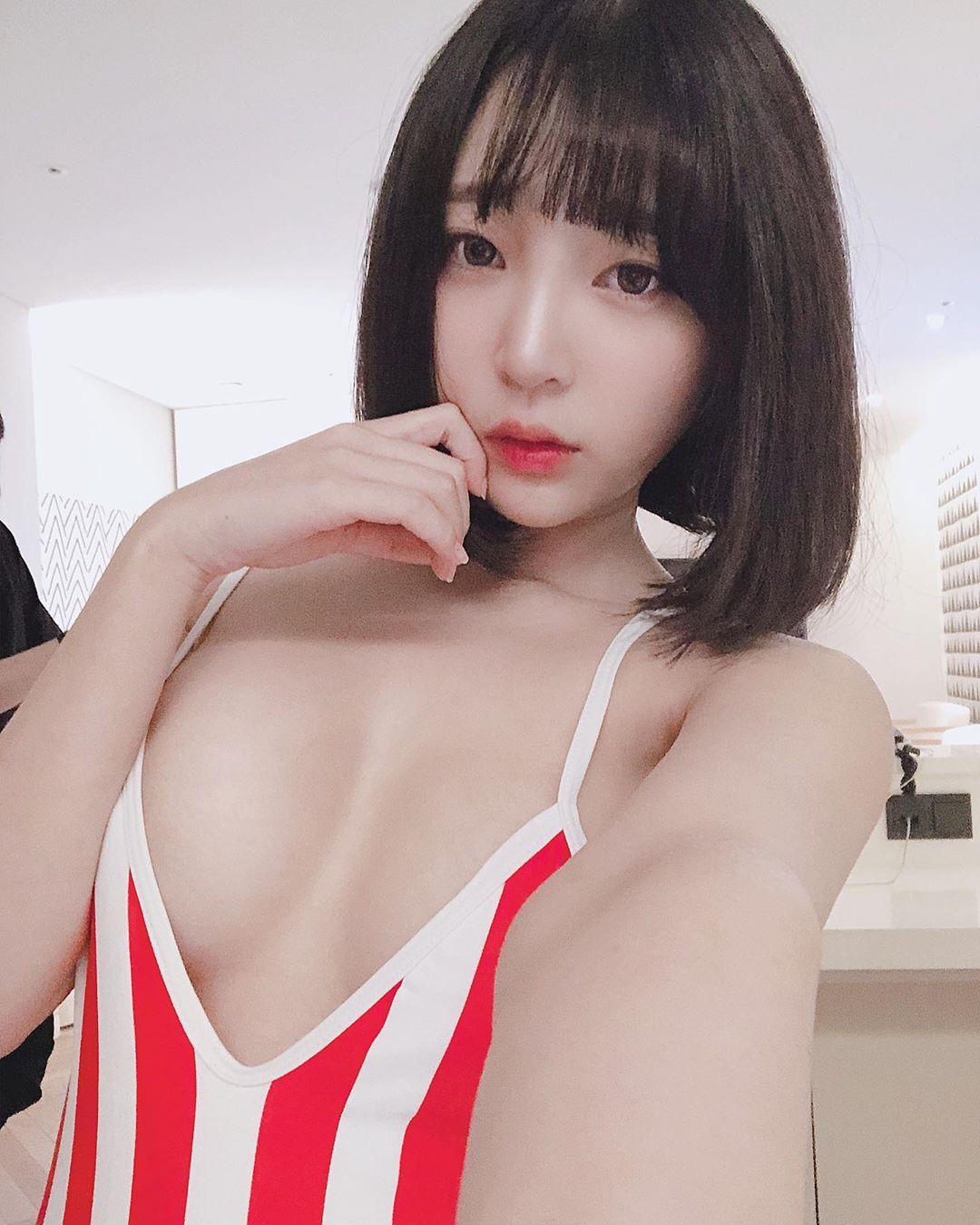 韓國纖腰爆乳網紅「강인경」繃乳T恤曬奶辣度破表 超軟嫩「核彈奶」大到衣服齁不住, 網路正妹美女分享