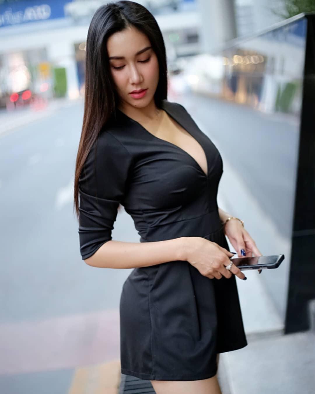 大尺度秀白乳罩不住 極品乳溝曲線吸睛全場 - 亞洲美女 -