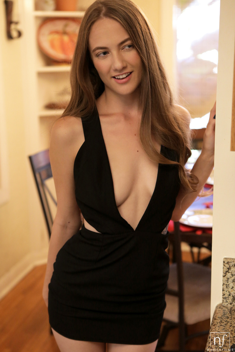 Hot girlfriend Samantha Hayes seduces her man in black dress and no underwear - 貼圖 - 歐美寫真 -