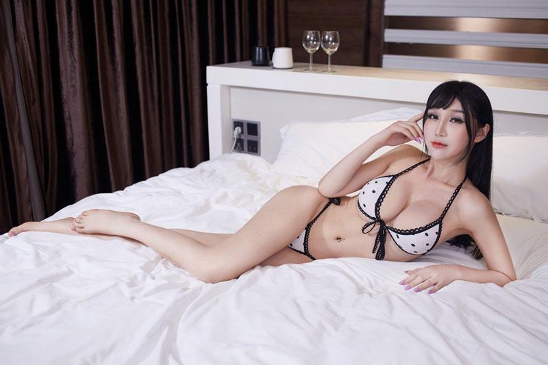 巨胸美女大床上等你 - 美女圖 -