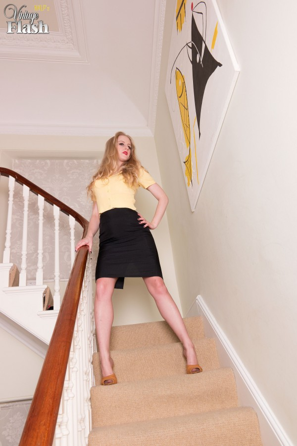 Lucy Lume strips to back seam nylons and garters on the stairs - 貼圖 - 歐美寫真 -