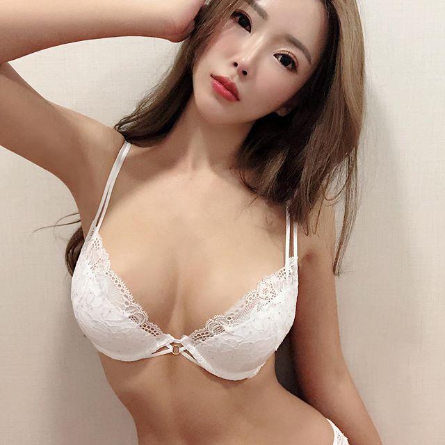 Gatita Yan顔妃  露出青春的肉體和雄偉的雙峰 - 美女圖 -