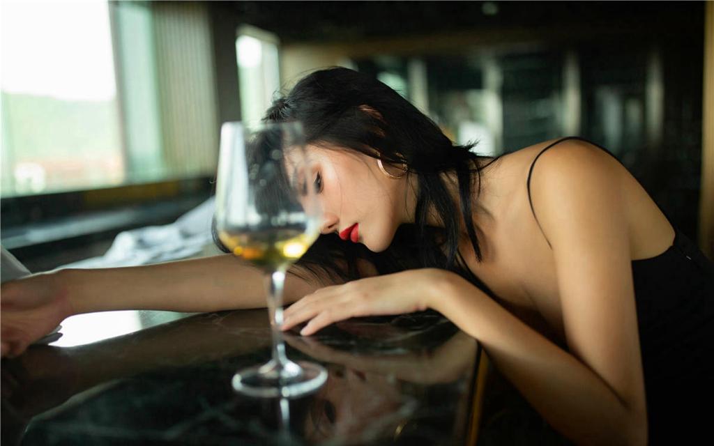 黑絲長腿女模 酒後酥胸半裸 - 貼圖 - 清涼寫真 -