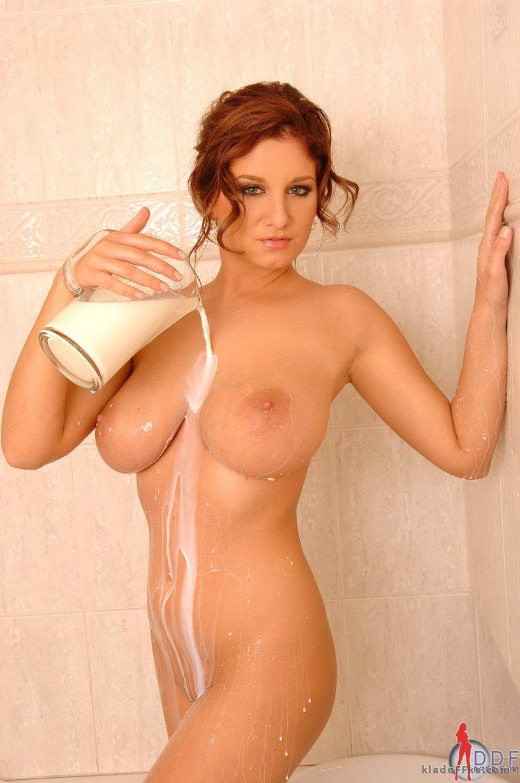Jenny McClain обливается молоком - 貼圖 - 歐美寫真 -