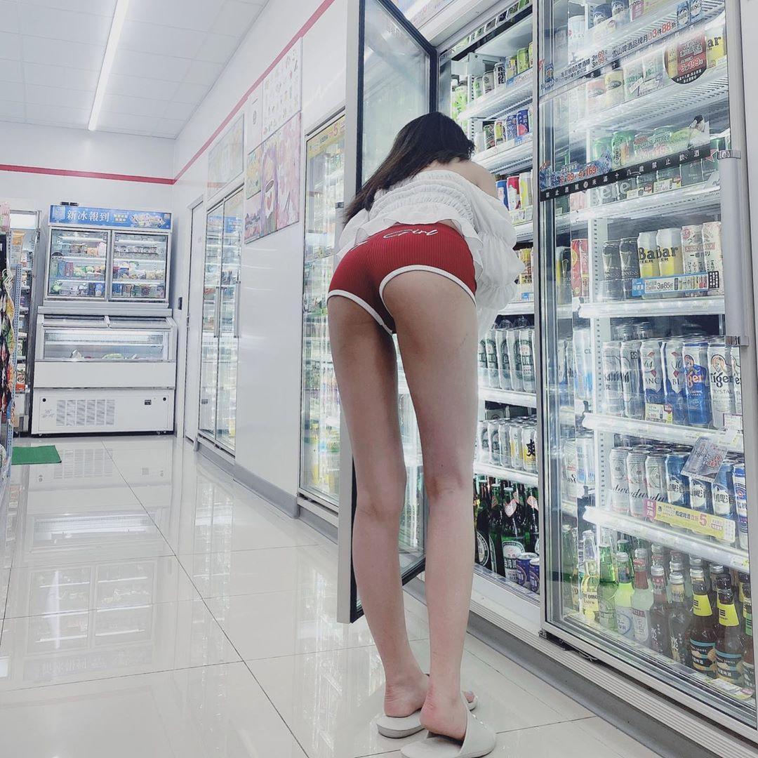 正妹便利商店被偷拍   超短真理褲完全展現美臀 - 美女圖 -
