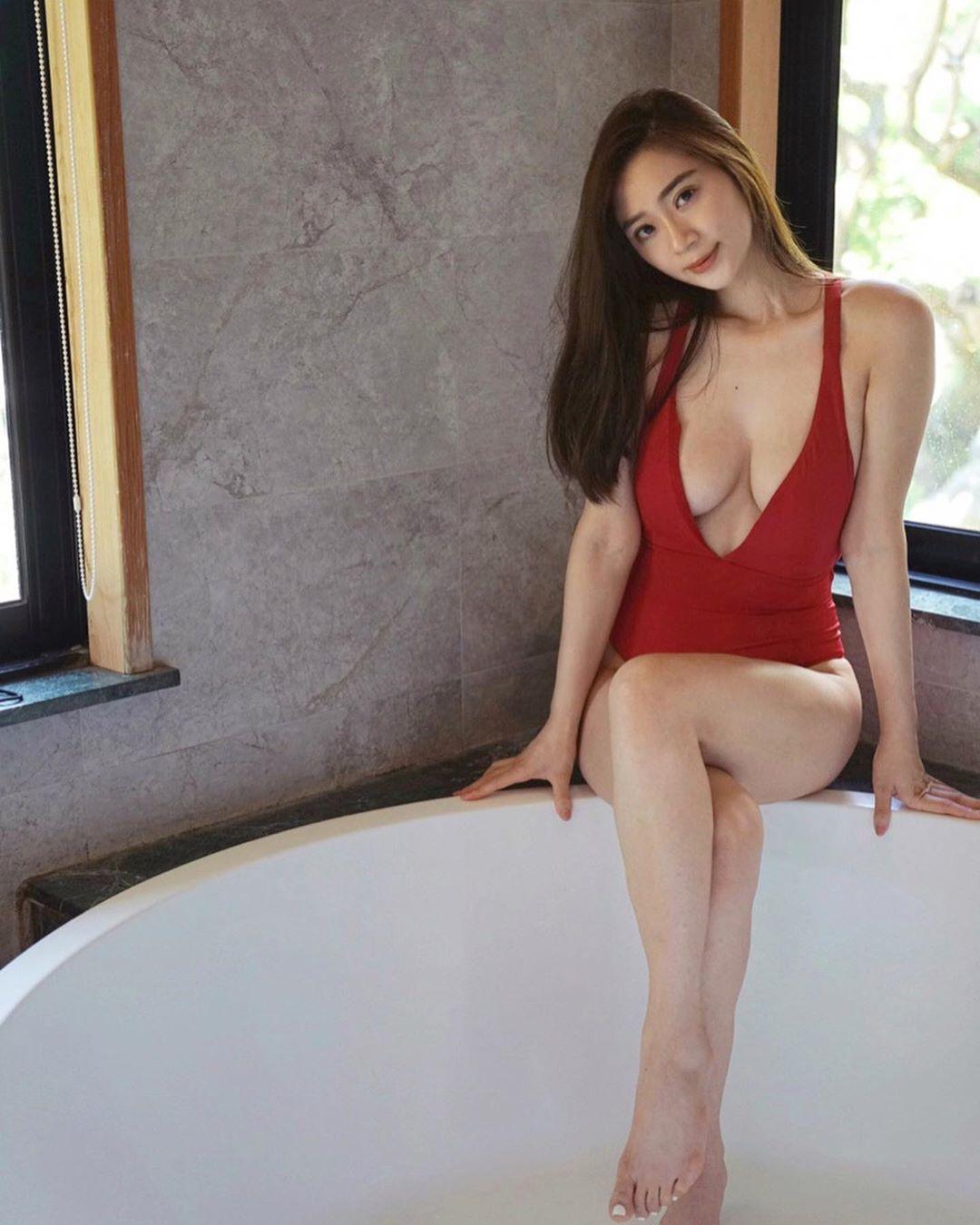正妹渡假中門大開浸浴 網民:見到傳說中的水滴 - 美女圖 -
