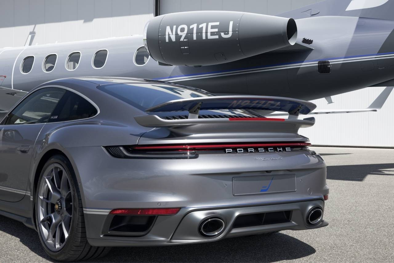 https___hk.hypebeast.com_files_2020_11_porsche-embraer-collaboration-911-turbo-s.jpg