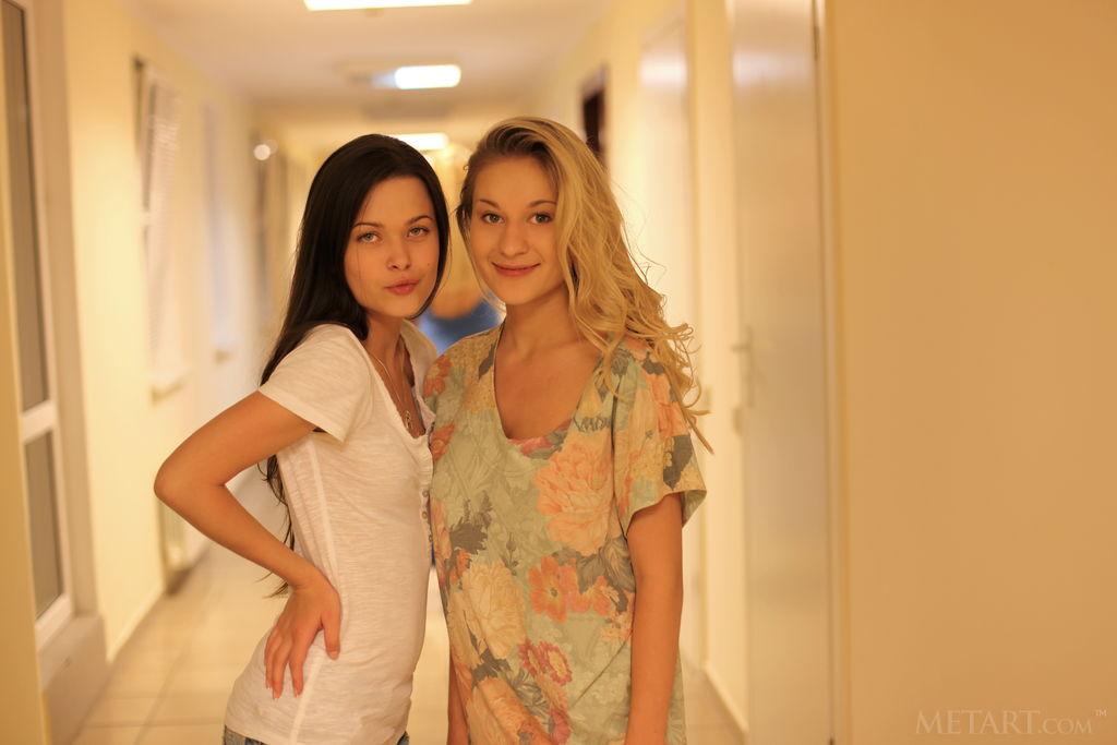 同學妳們兩個在走廊上玩什麼?Amelie B & Candice B - 貼圖 - 歐美寫真 -