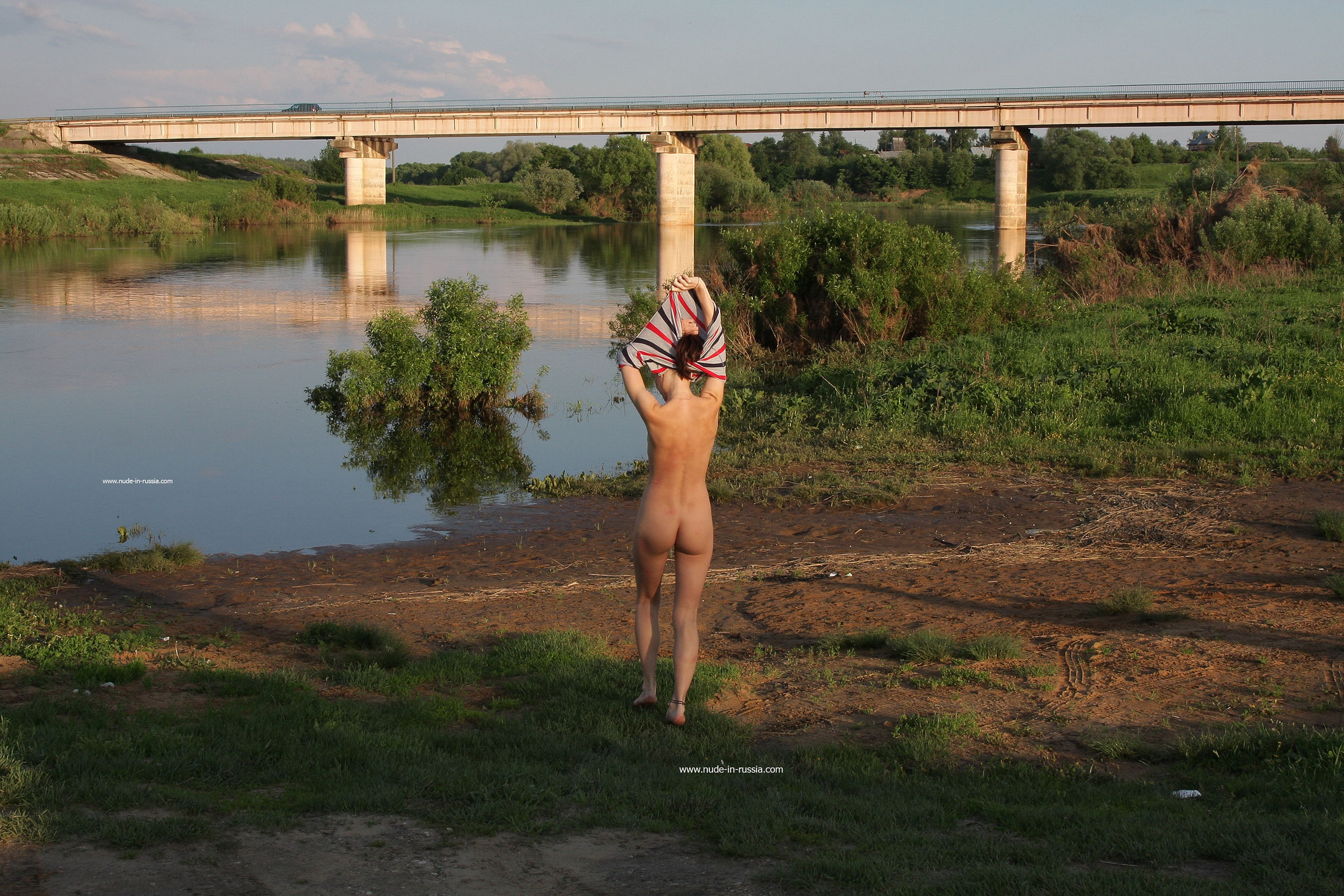 NudeInRussia Daina Splashes In The Nerl River - 貼圖 - 歐美寫真 -