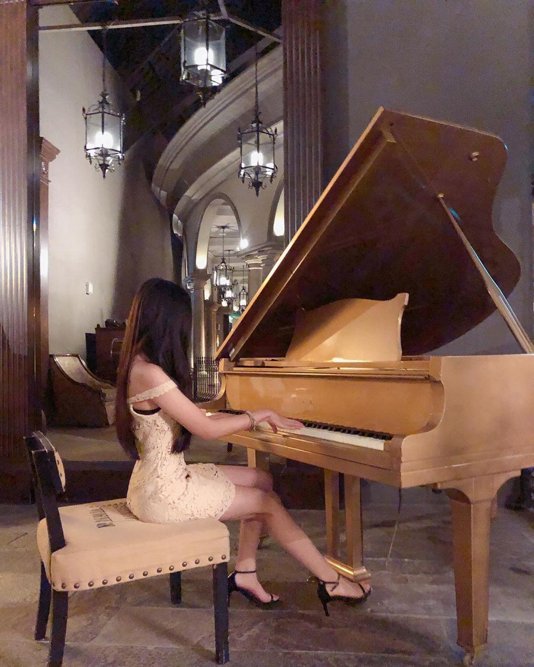 端坐在金色鋼琴前面大展身手,氣質典雅出眾的模樣真的好吸引人~仙女妍妍兒 - 美女圖 -