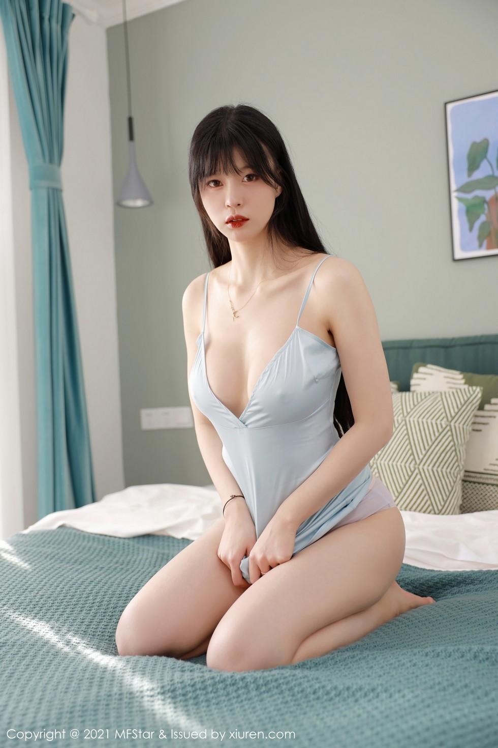 [MFStar模範學院]Vol.443桃香子淺藍色吊裙配粉色內褲半脫秀豪乳翹臀誘惑寫真 - 貼圖 - 清涼寫真 -