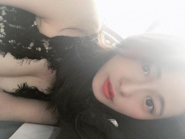 清新鄰家女孩~「偷藏雪白乳彈」最喜歡這種微肉感~央錡Liyang - 美女圖 -