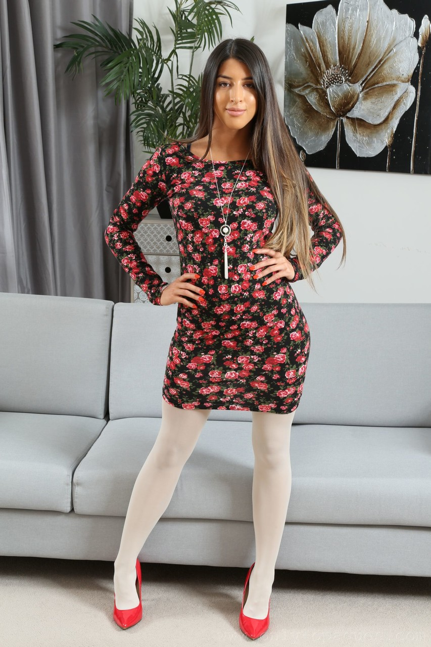 Beautiful brunette Alexa removes her flowered dress & poses with her tits out - 貼圖 - 歐美寫真 -