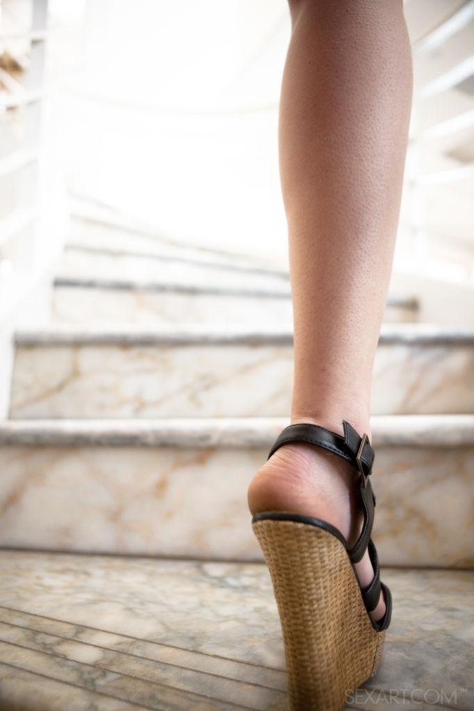美女坐在樓梯上的姿勢太帥了!Rilee Marks - 貼圖 - 歐美寫真 -
