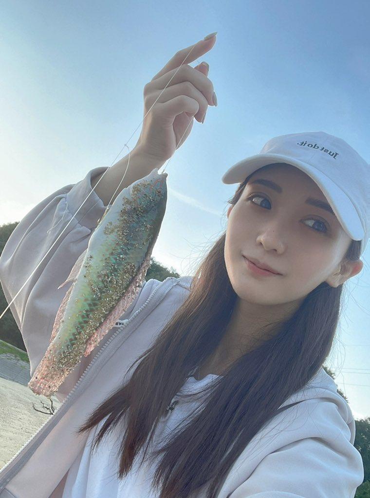 海邊出沒釣魚正妹「伊藤愛真」,飽滿身材讓人想主動上鉤了!