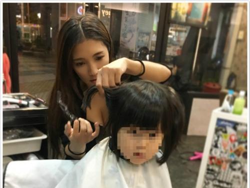 台北人衝啊!正妹「髮型設計師」爆乳剪髮 白嫩美胸就是最好的待客之道!